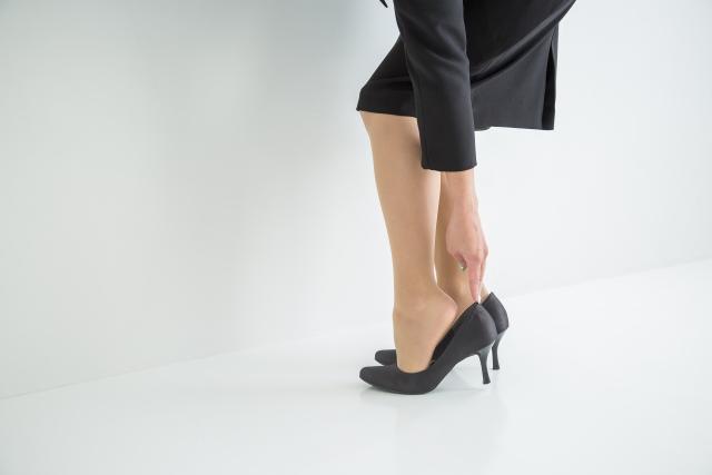 黒いパンプスを履く女性